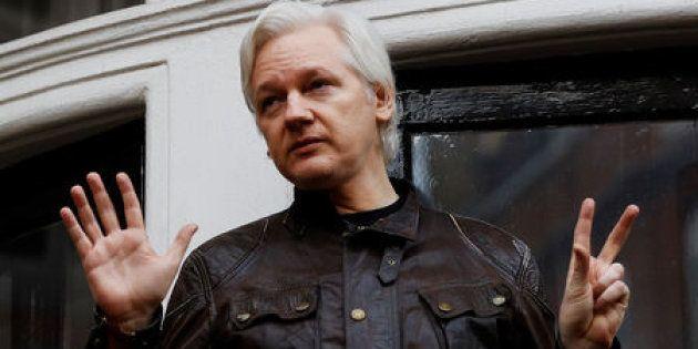 Imagen de archivo del fundador de WikiLeaks, Julian Assange, en una rueda de prensa desde el balcón de...