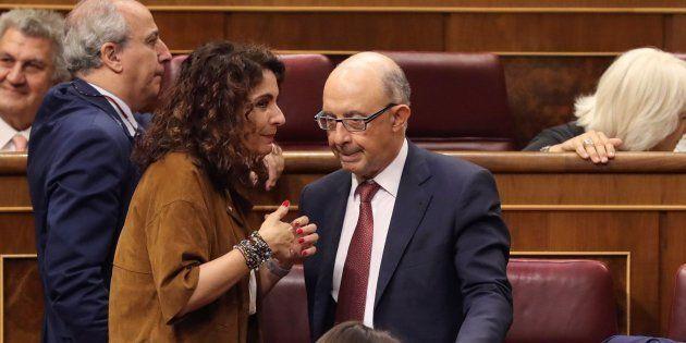 La ministra de Hacienda, María Jesús Montero, conversa con el exministro Cristóbal Montoro en el