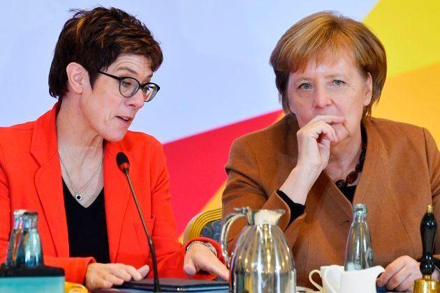 Annegret Kramp-Karrenbauer junto a Angela