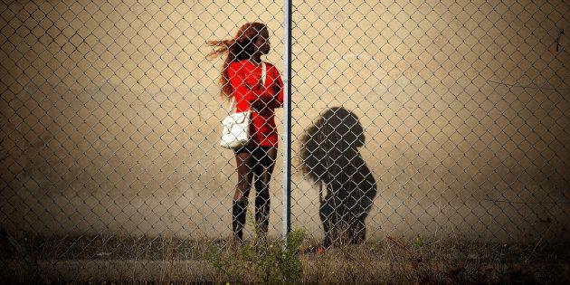 Una joven prostituta, a la espera de clientes, en una imagen de