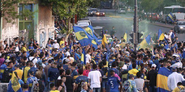 Aficionados de Boca Juniors, despidiendo a su equipo en Buenos