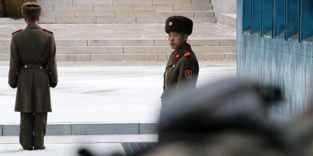 Soldados norcoreanos patrullan durante el encuentro intercoreano de alto