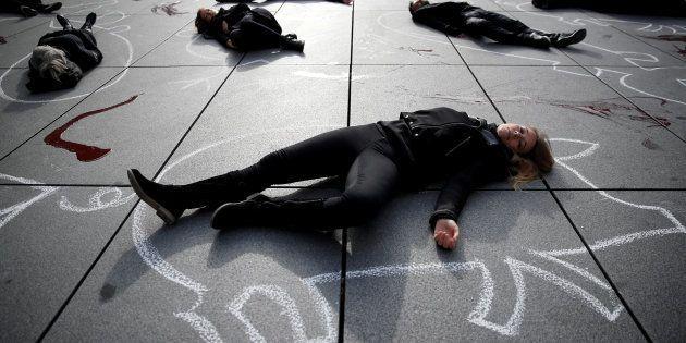 Protetsa de PETA junto al Centro Pompidou de París, en noviembre de