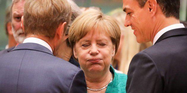 La canciller alemana Angela Merkel (centro) habla con el presidente del Consejo Europeo Donald Tusk (izquierda)...
