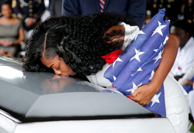 Myeshia Johnson, besa el féretro de su marido caído en