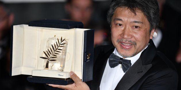 El director japonés Hirokazu Kore-eda, con la Palma de Oro de