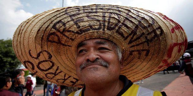 Un seguidor del candidato a la Presidencia de México Antonio Manuel López