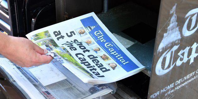 Un estadounidense adquiere un ejemplar del periódico The Capital en Annapolis, Maryland (Estados Unidos),...
