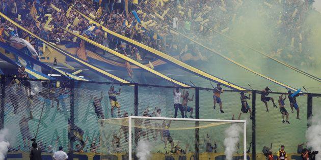 Aficionados de Boca Juniors en el partido de ida de la final de la Copa Libertadores en el estadio de...