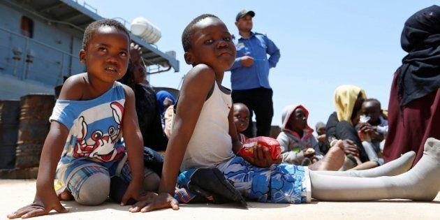 Dos niños subsaharianos esperan ayuda en una base naval tras ser rescatados por la guardia costera libia,...
