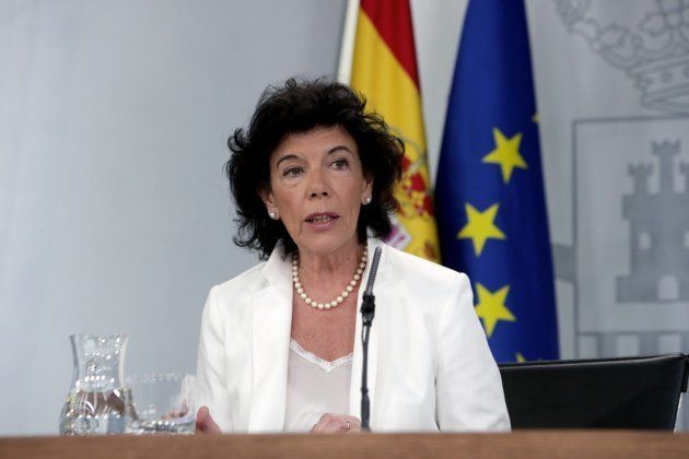La portavoz del Gobierno, Isabel Celaá, durante la rueda de prensa de