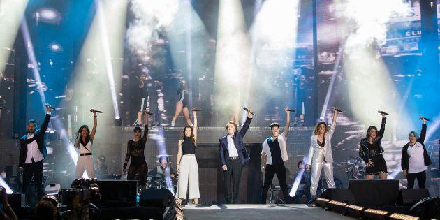 Los concursantes de 'Operación Triunfo' 2017 y el cantante Raphael en el concierto en el Santiago