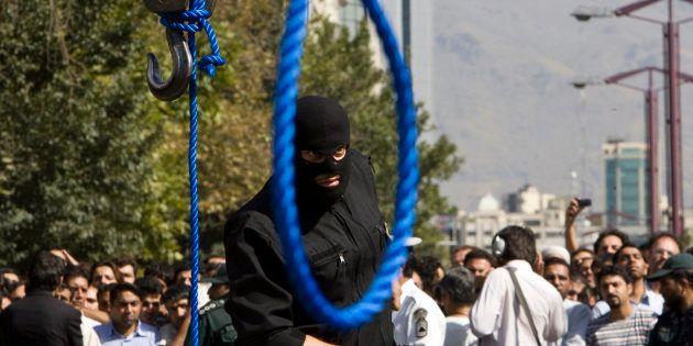 Imagen de archivo de un policía iraní participando en los preparativos de una ejecución por