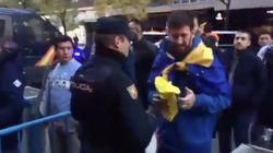 Indignación por el vídeo de un policía requisando una prenda amarilla a un aficionado de