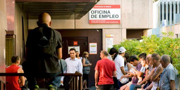 El Constitucional anula el decreto de ayuda de 426 euros a parados de larga
