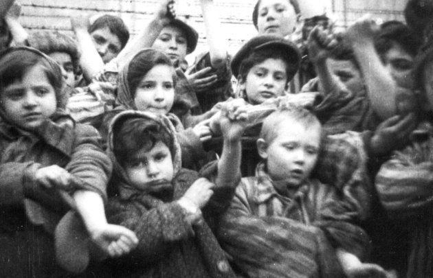 Un grupo de niños y niñas muestran a la cámara sus tatuajes tras la liberación de Auschwitz. Fotograma...