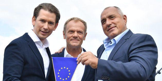 El canciller austríaco Sebastian Kurz (i), el presidente del Consejo Europeo, Donald Tusk (centro), y...