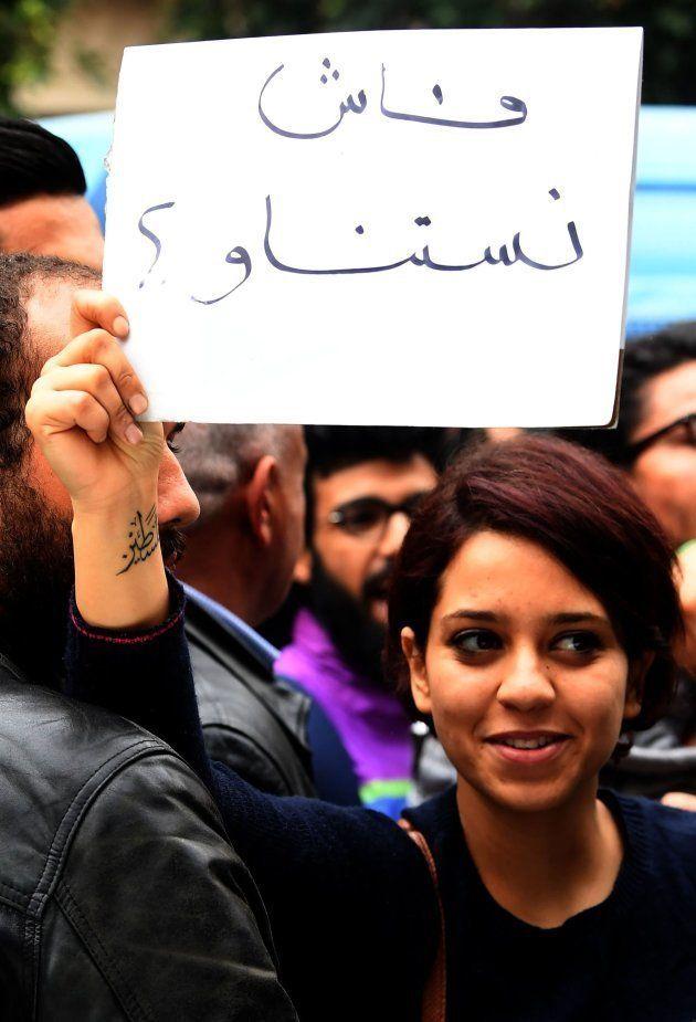Una joven tunecina exhibe este lunes un cartel en árabe durante una protesta en el que se lee el lema...