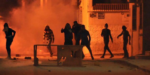Jóvenes lanzan piedras contra las fuerzas de seguridad este miércoles en la capital