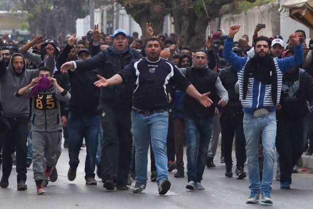 Manifestantes gesticulan frente a las fuerzas de seguridad durante una protesta en la localidad de