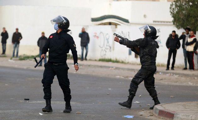 Policías tunecinos lanzan gases lacrimógenos en la localidad de
