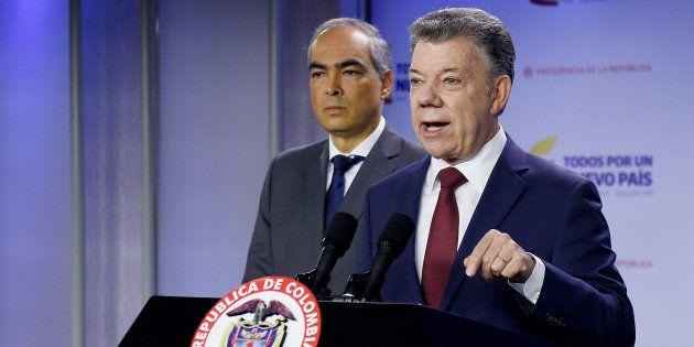 El presidente colombiano Juan Manuel Santos , junto al Alto Comisionado para la Paz, Rodrigo