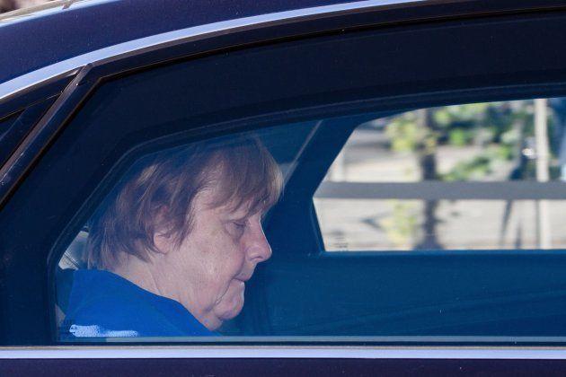 La canciller alemana, Angela Merkel, llega en coche a la sede de su partido para mantener una reunión...