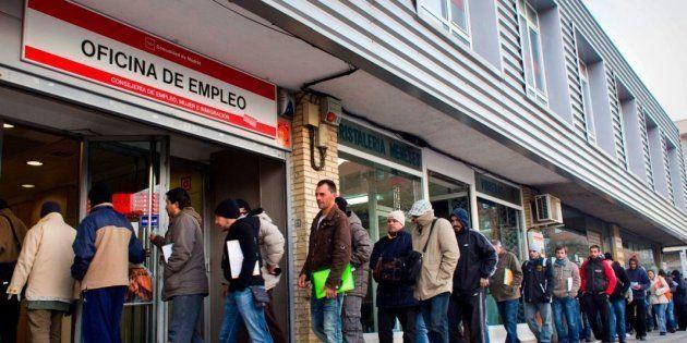 Un grupo de desempleados en una oficina de empleo de Madrid.