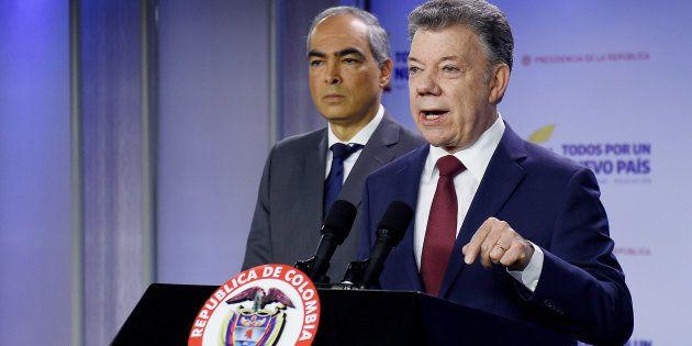 El presidente colombiano Juan Manuel Santos, junto al Alto Comisionado para la Paz, Rodrigo Rivera, durante...