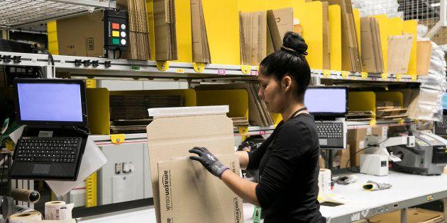 Una trabajadora de Amazon en el centro logístico de El Prat de