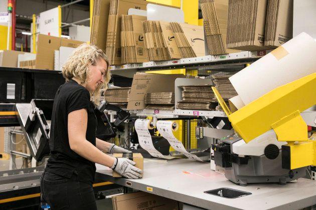 Una trabajadora en el centro logístico de El Prat de