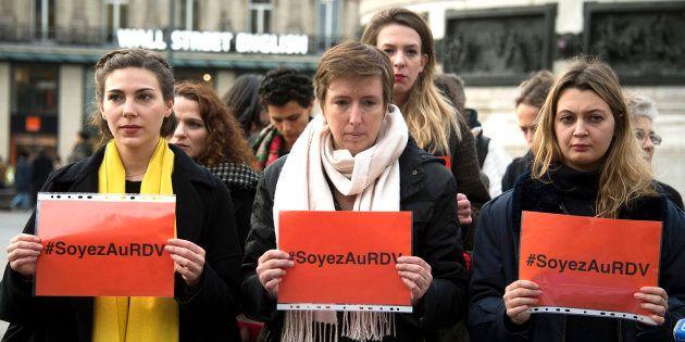 Caroline De Haas (C) y miembros de 'Les effrontées', un movimiento feminista francés, se manifiestan...