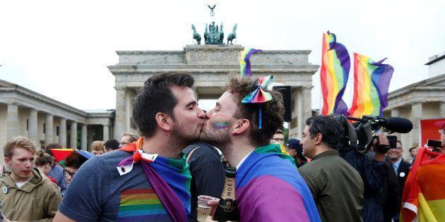 Una pareja celebra la legalización del matrimonio homosexual en Alemania el pasado