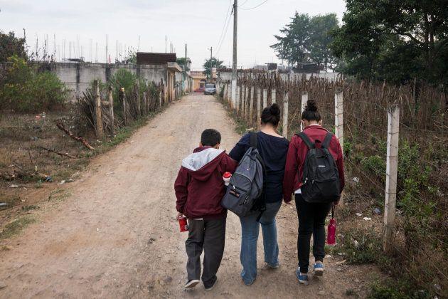 Mary y sus hijos, camino de la escuela, en