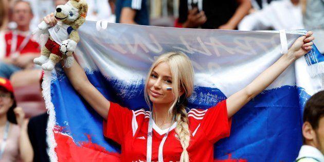 Una aficionada rusa anima a su selección durante el partido contra España, en el que La Roja fue