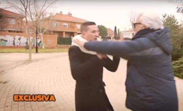 Andrés Caparrós agrede a un reportero de