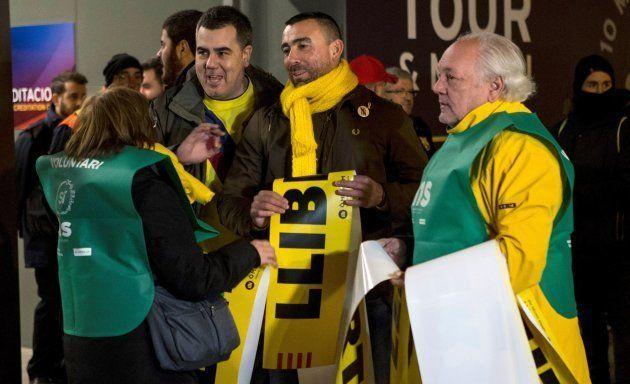 Voluntarios de entidades independentistas reparten banderolas por la libertad de los presos del 1-O a...