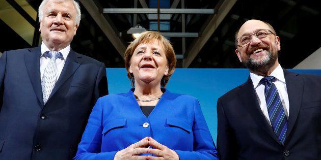 La canciller, Angela Merkel, flanqueada por el líder de la Unión Socialcristiana de Baviera, Horst Seehofer,...