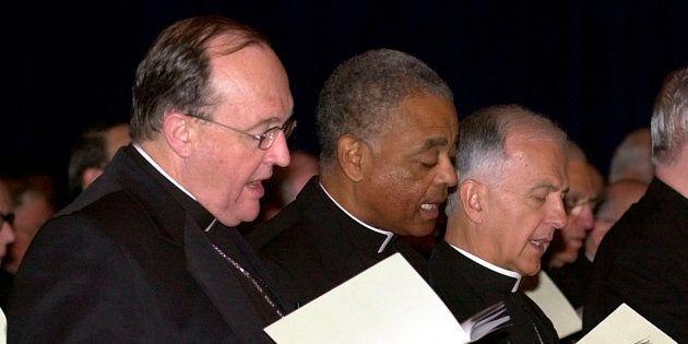 El arzobispo Philip Wilson (izquierda), en 2002, durante un encuentro de prelados católicos en Dallas