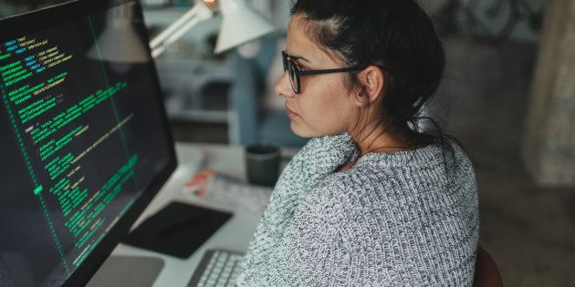 Un mujer trabaja en programación informática en su