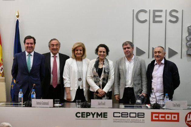 Los presidentes de Cepyme y CEOE, Antonio Garamendi y Juan Rosell; la exministra de Empleo Fátima Báñez;...
