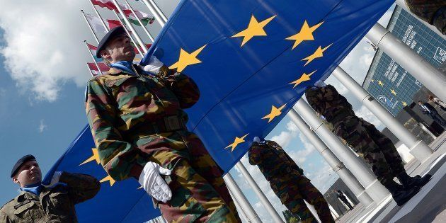Soldados del Eurocuerpo portan la bandera de la Unión Europea en el día de la sesión inaugural del Europarlamento...