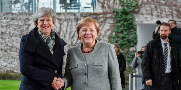 La primera ministra británica (izq) y la canciller alemana
