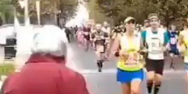 Esta abuelita se ha vuelto viral y todas las maratones deberían tener una como