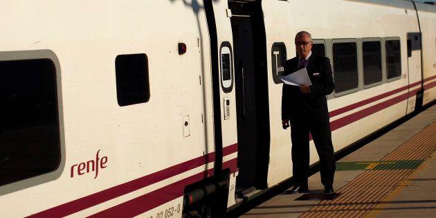 La OCU denuncia a Renfe por cobrar a los candidatos en un proceso de