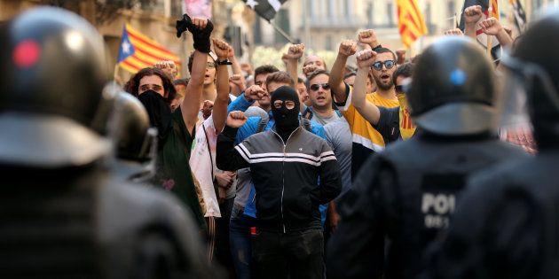 Mossos frente a manifestantes separatistas