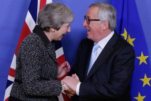 May (izq) y Juncker (der) en una imagen de