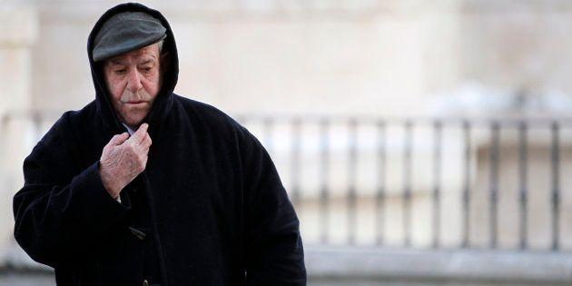 Un hombre se abriga ante el frío de Burgos, en una imagen de