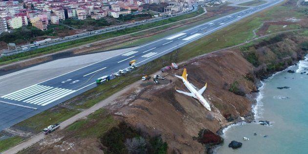 Un avión de pasajeros yace en un acantilado tras un accidente en el aeropuerto de