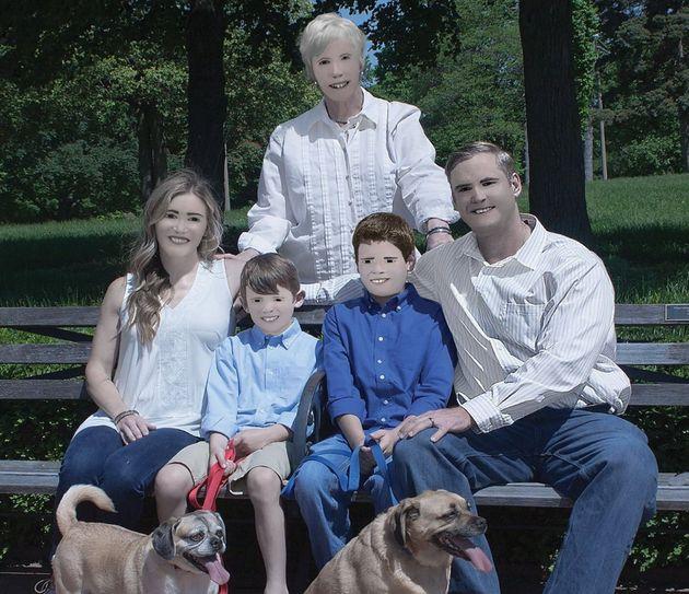 Acude a hacerse una foto familiar y la fotógrafa le devuelve una imagen (que ya es viral) que hace bueno...